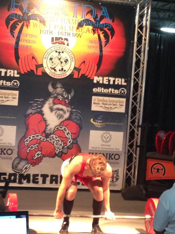 Egy másik színpadon: Floridában, világversenyen, a súlyemeléshez sok tekintetben hasonló erőemelő versenyen