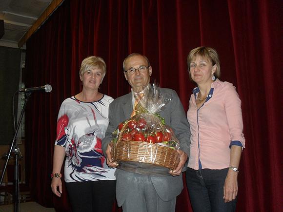 Az a bizonyos zöldségkosár... és a szervezők: Hercz Aranka (jobbról) és Kozmáné Katika (balról) a mesterrel, Szabó Szigfriddel