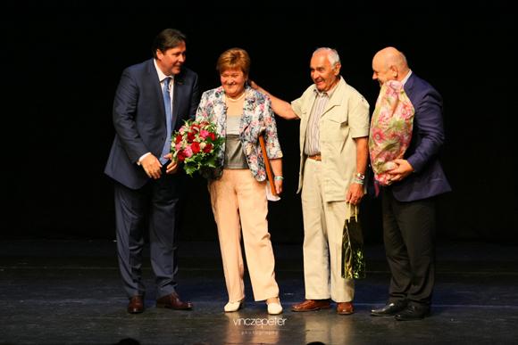 Györe Marika és Géza, akik húsz éve sikeres vezetői a hálózatnak, a különleges elismerés közepette. (Balról Kovács Zoltán hálózatalapító, Jobbról Lőrincz János szponzor, arany fokozatú hálózatigazgató, ágvezető.)