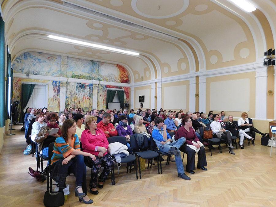 Méltó helyszínen, a Selye János Gimnázium aulája zajlott az újabb révkomáromi Reg-Enor Est. Csak ebben a szlovákiai városban is százan voltak rá kíváncsiak...