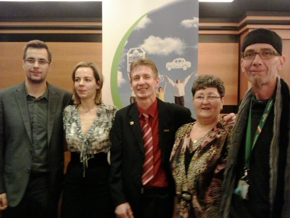 Frissebb kép, középen az új Ezüst HV-val, a Komporday házaspárral és követőikkel