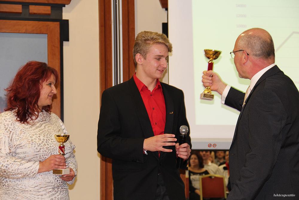 Hliva Ildikó és Kerekes Balázs fogadja a gratulációt. Két új hálózatvezető született a csapatukban idén! Ha Balázst is beleszámoljuk, akkor három...