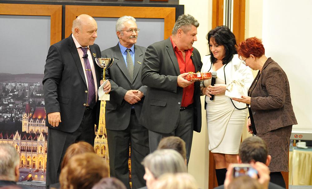 Henczné Gyöngyinek és az Egyed-házaspárnak Czentlaki Zoltán ágvezetőjük is gratulált Lőrincz János mellett