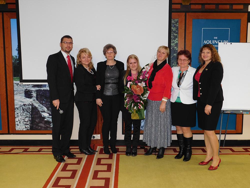 Ezen a csoportképen már az ágvezető (Beta Kádár Tünde) ágvezetői is mosolyognak: a fotó két szélén Vass Szombatfalvi Zsuzsa és Vass Oszkár