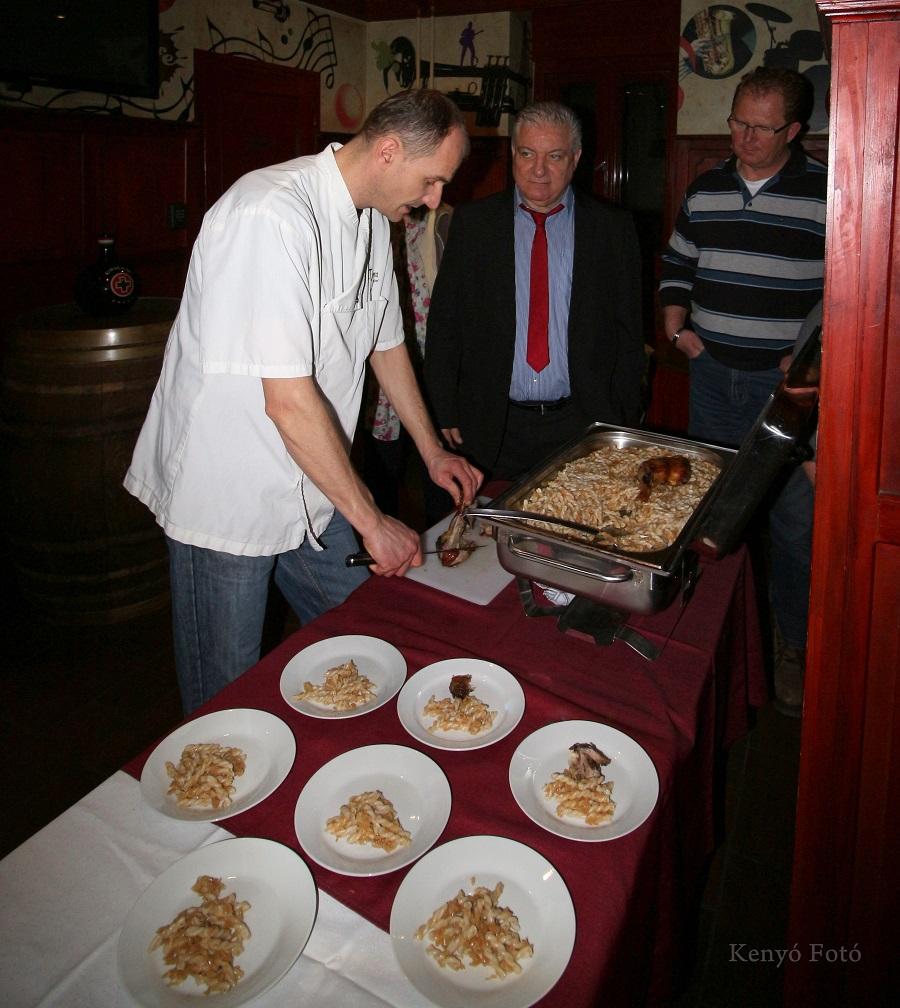 Népszerű volt a kóstoló is, Andriska István tálal