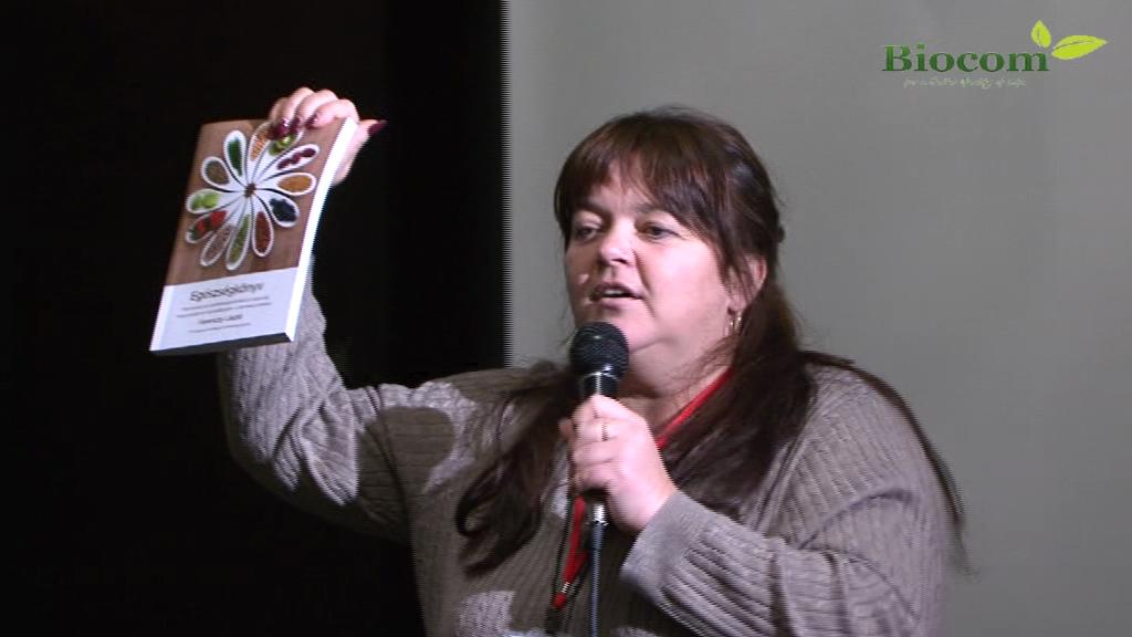 Kosiba Hajni, az főszervező, Ferenczy László Egészségkönyvét ajánlva