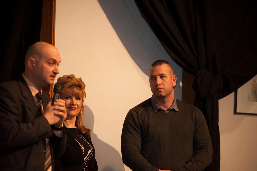 Zsidek Balázs, a Friss-Food társtulajdonosa éppen bejelenti és bemutatja az új franchise partnert, Szabó Zoltánt, az Ezüst HV és az ügyet elindító Surányi Ági társaságában egy januári találkozón