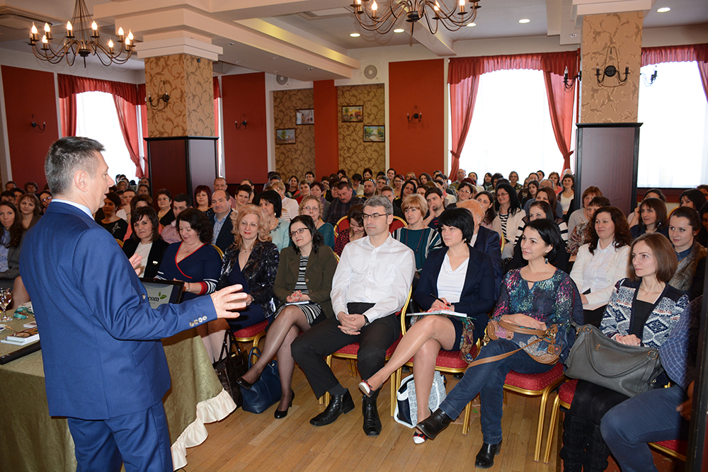 Ferenczy László ágvezető-hálózatigazgató előadást tart népes érdeklődő közönség előtt Csíkszeredában