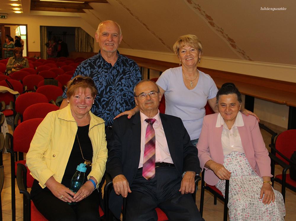 A miskolci csapat egy része a feltalálóval és feleségével, Erzsikével (jobbról)