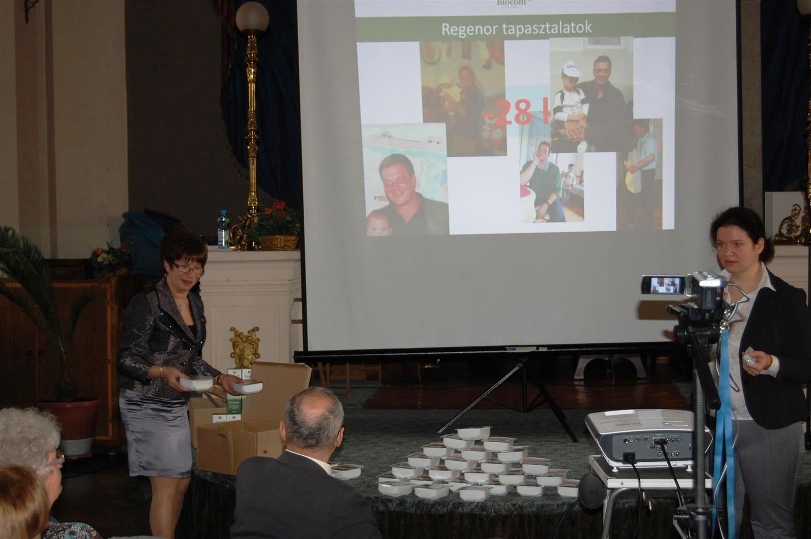 A bajai üzletasszony a leadott kilókat szimbolizálja a zsírral, miközben szponzori segítséget kap a kép jobb oldalán látható Pintér Pámer Krisztinától