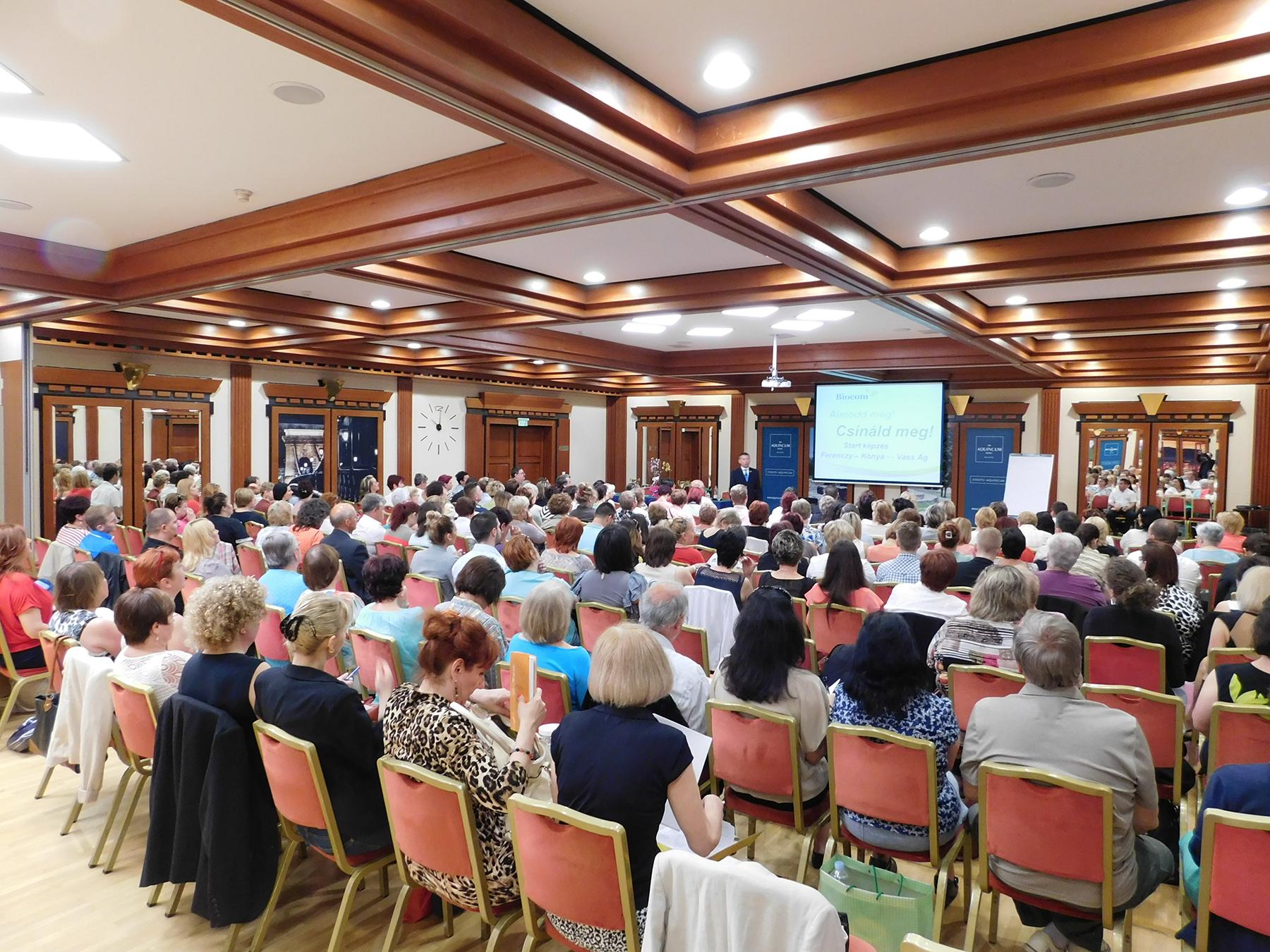A szokásos telt ház az Aquincumban. A népes hallgatóság éppen Ferenczy László hálózatigazgatóra figyel.