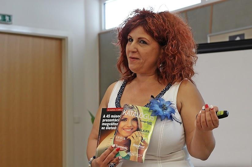 Molnárné Szélpál Andrea ágvezető éppen a munkaeszközök dolgoztatásáról ad útmutatást