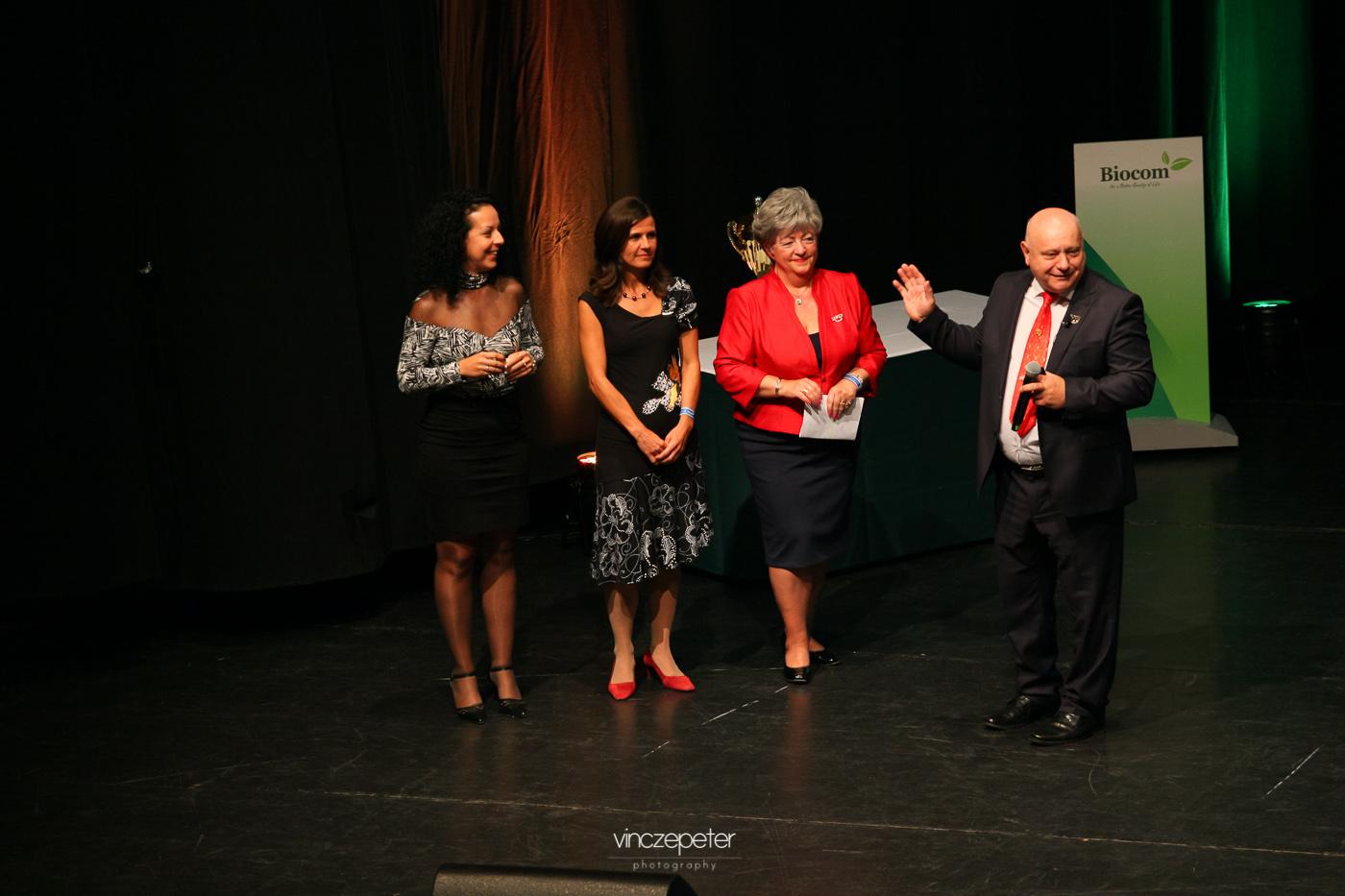 Három kiváló vezető, akik megcsinálták a versenyt, Lőrincz János méltató szavai alatt a színpadon: Ujvári Zsuzsanna, Tuboly Ildikó és Bicskeiné Olgi