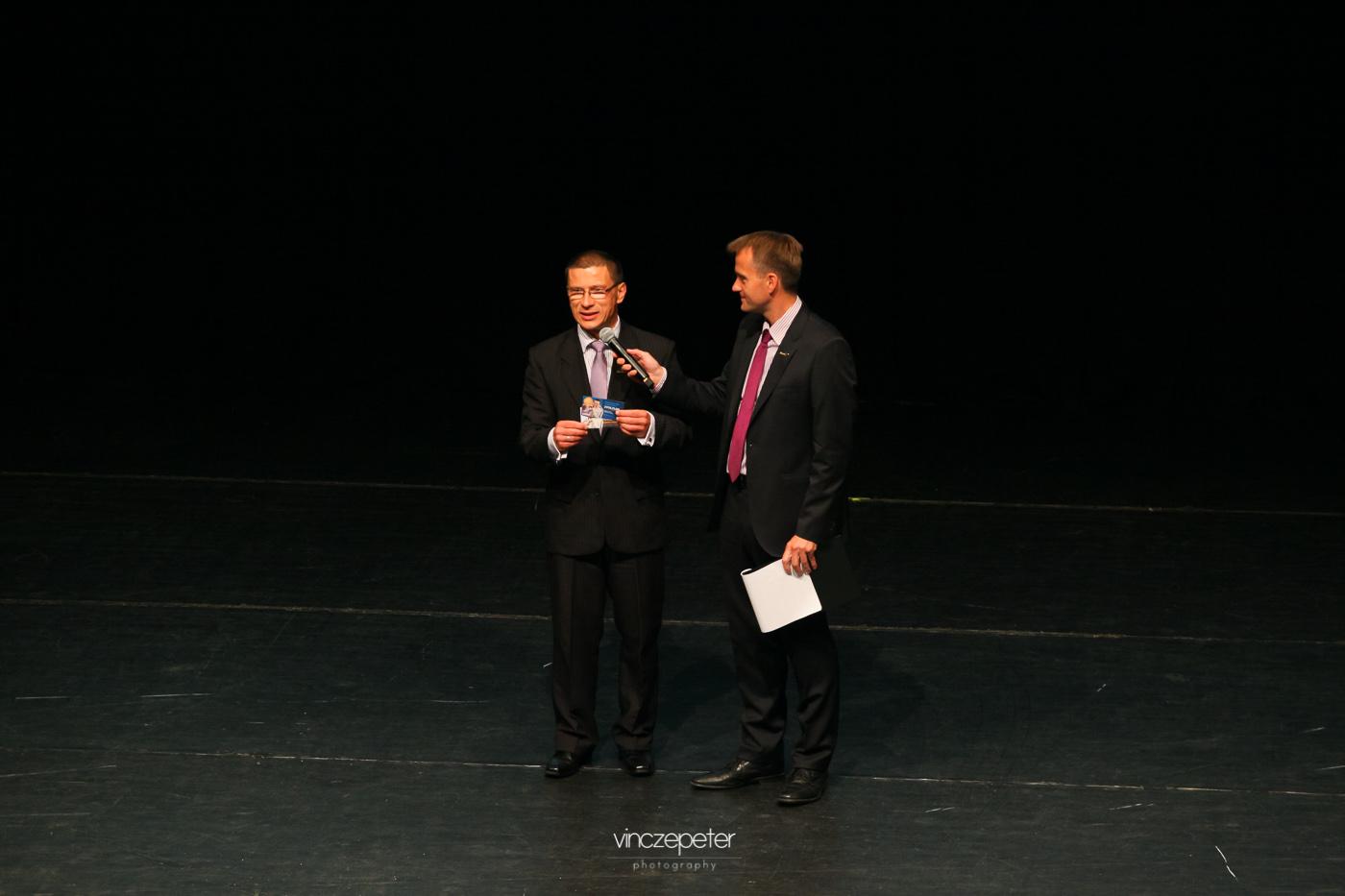 Kovács Attila, az angliai hálózat vezetője ad interjút. Kezében az első szigetországi, novemberi képzések jegyei.