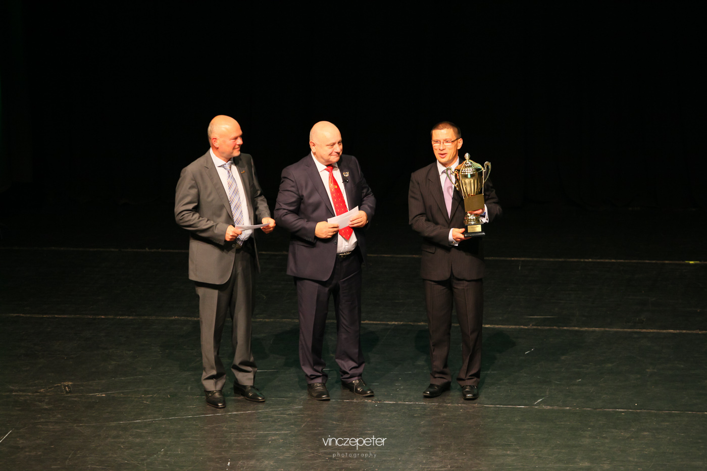 Kovács Attilának gratulál a hálózat csúcsvezetése részéről Lőrincz János és Kónya György, hiszen az elmúlt két hónapban egyaránt ő nyerte a hálózatvezetők számára kiírt versenyt