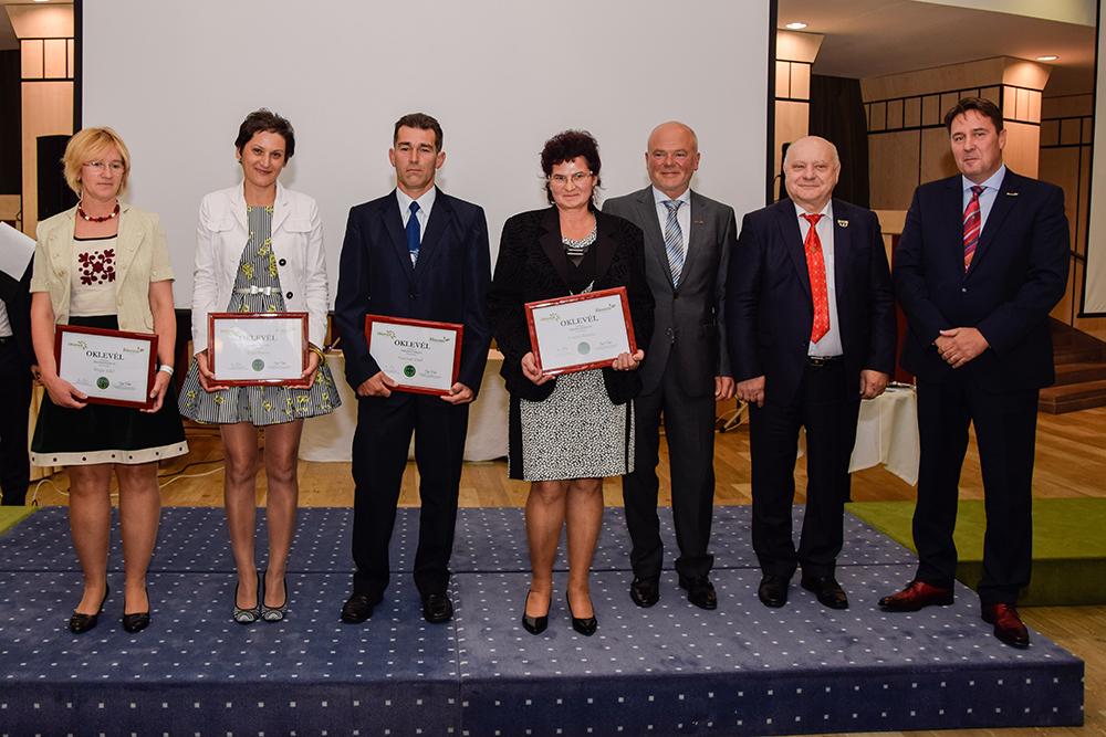 Az új hálózatvezetők, már az oklevéllel a kezükben, akiknek Kónya György és Lőrincz János hálózatigazgató, valamint Kovács Zoltán hálózatalapító gratulált