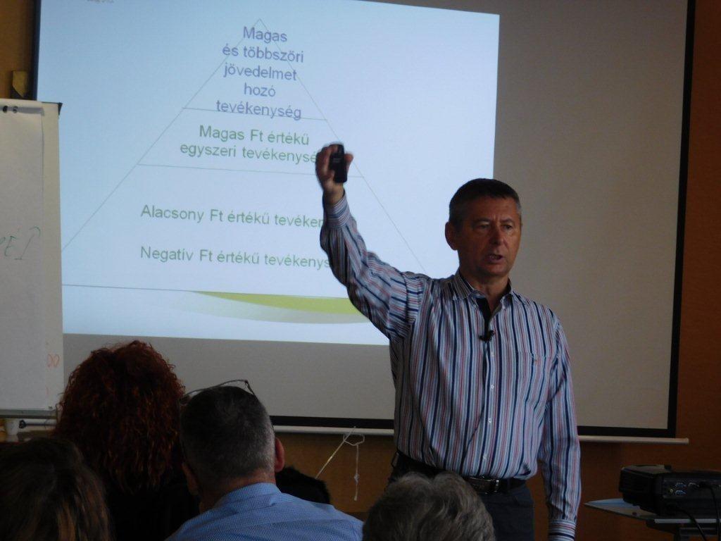 Az életépítésről tartott előadást Ferenczy László hálózatigazgató
