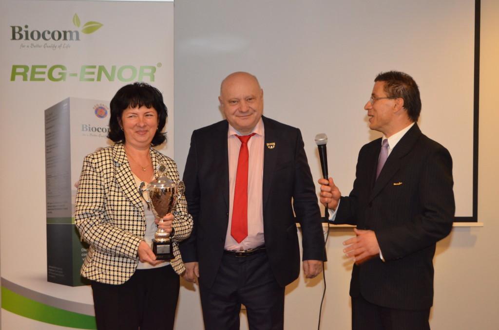 A képen balról Bota Elizabeth, aki a legjobban teljesített októberben Kovács Attila csoportjában, elnyerve a hónap hálózatvezetője címet. (Mellette közvetlenül Lőrincz János.)