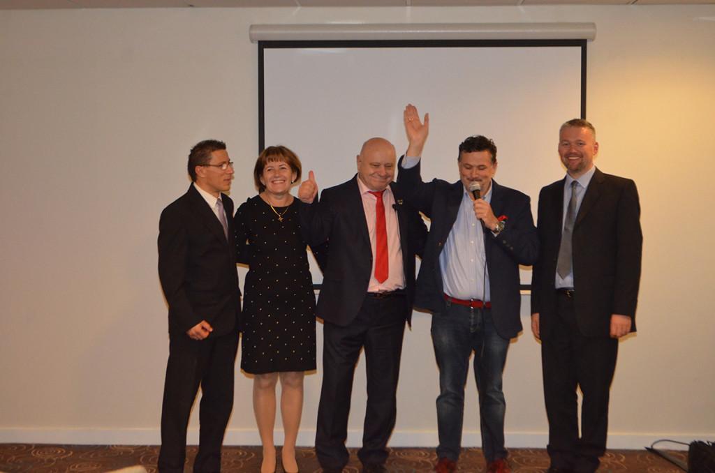"""Manchesterben és Londonban egyaránt sikert aratott a Biocom első tréningje, melynek központjában a Reg-Enor állt. A képen a főszereplők (balról): Kovács Attila, az angliai csapat vezetője, Lőrincz Marika és János Gyémánt Hálózatigazgató házaspár, Galambos Lajcsi, a Reg-Enor """"nagykövete"""", Bánfi Zoltán, az angliai partnercég vezetője."""