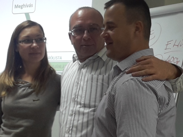 Pálfi Rita és párja, Tóth Zoltán, a műsorvezető, Pántya Sándor ölelésében, Debrecenben