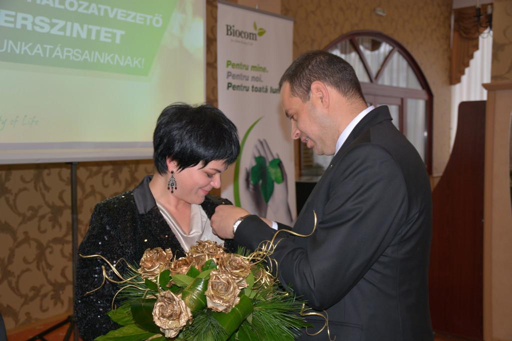 Péter Mária Arany Hálózatvezető lett! (A jelvényt Péter Csaba tűzi ki neki.)