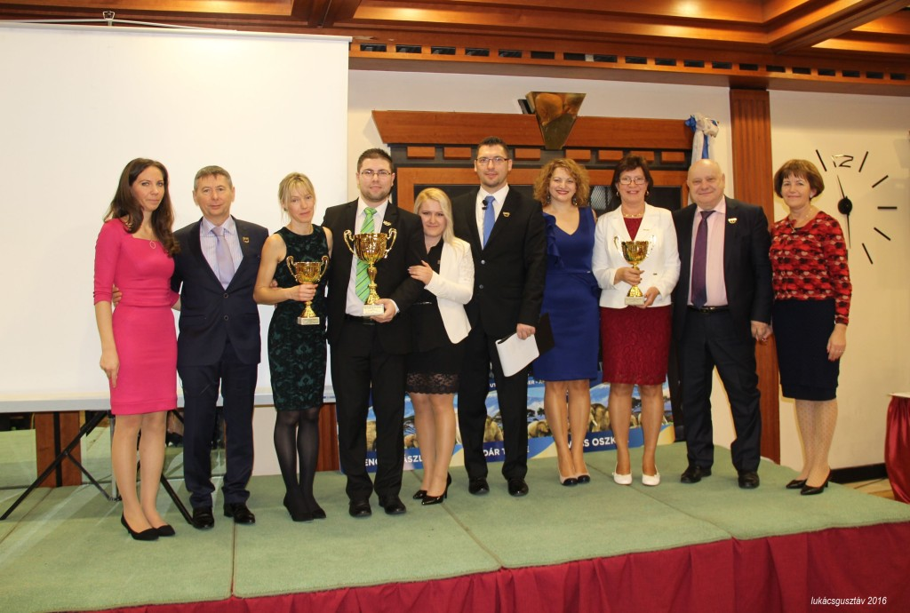 """Az év leglátványosabban fejlesztő-fejlődő vezetői, kiegészülve Szász Laurával és Ferenczy Lászlóval (balról), valamint a """"még feljebb"""" lévő ágvezető házaspárral, Lőrincz Marikával és Jánossal (jobbról)"""