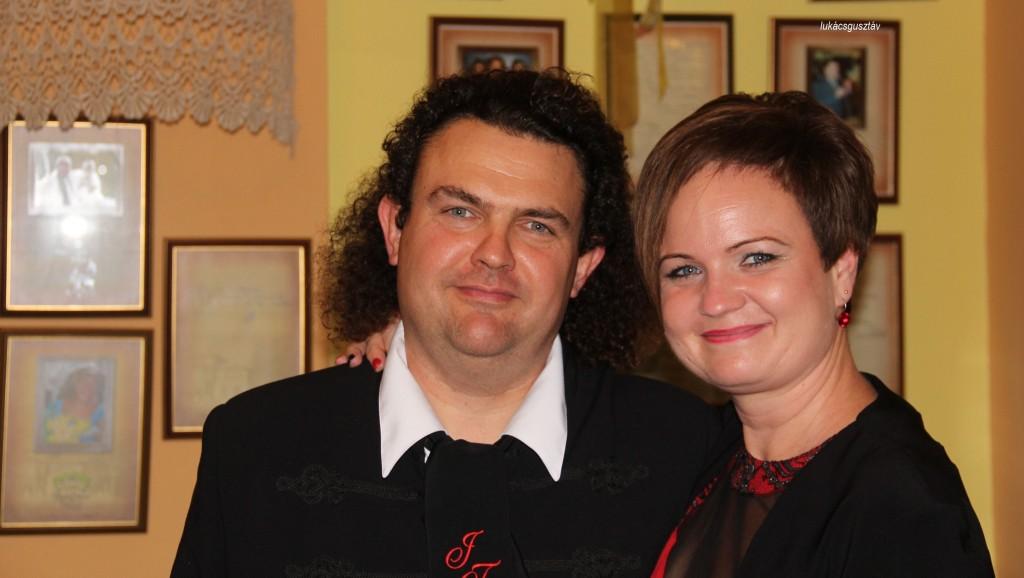 Párjával, a Mónika bálon (a Tasnádiné Szabó Mónika tiszteletére rendezett társasági eseményen)