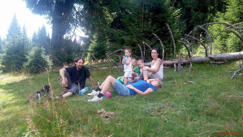 Judit férje, Róbert, Ujvári Zsuzsi, Hermann Judit és a gyerekek (Zatykók: az öt éves Tisza, a három éves Zente, az egy éves Kende), Ujvári Norbika (5 éves) és Zsuzsi férje, Norbi (aki éppen fényképez) – igazi családi barátokká váltak. Kirándulni is együtt járnak!