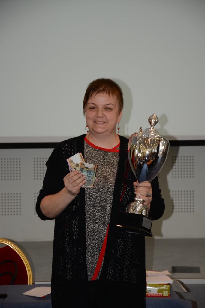 Lázár Emőkre, 2016. decemberének legeredményesebb hálózatépítője, kezében az elismerésekkel