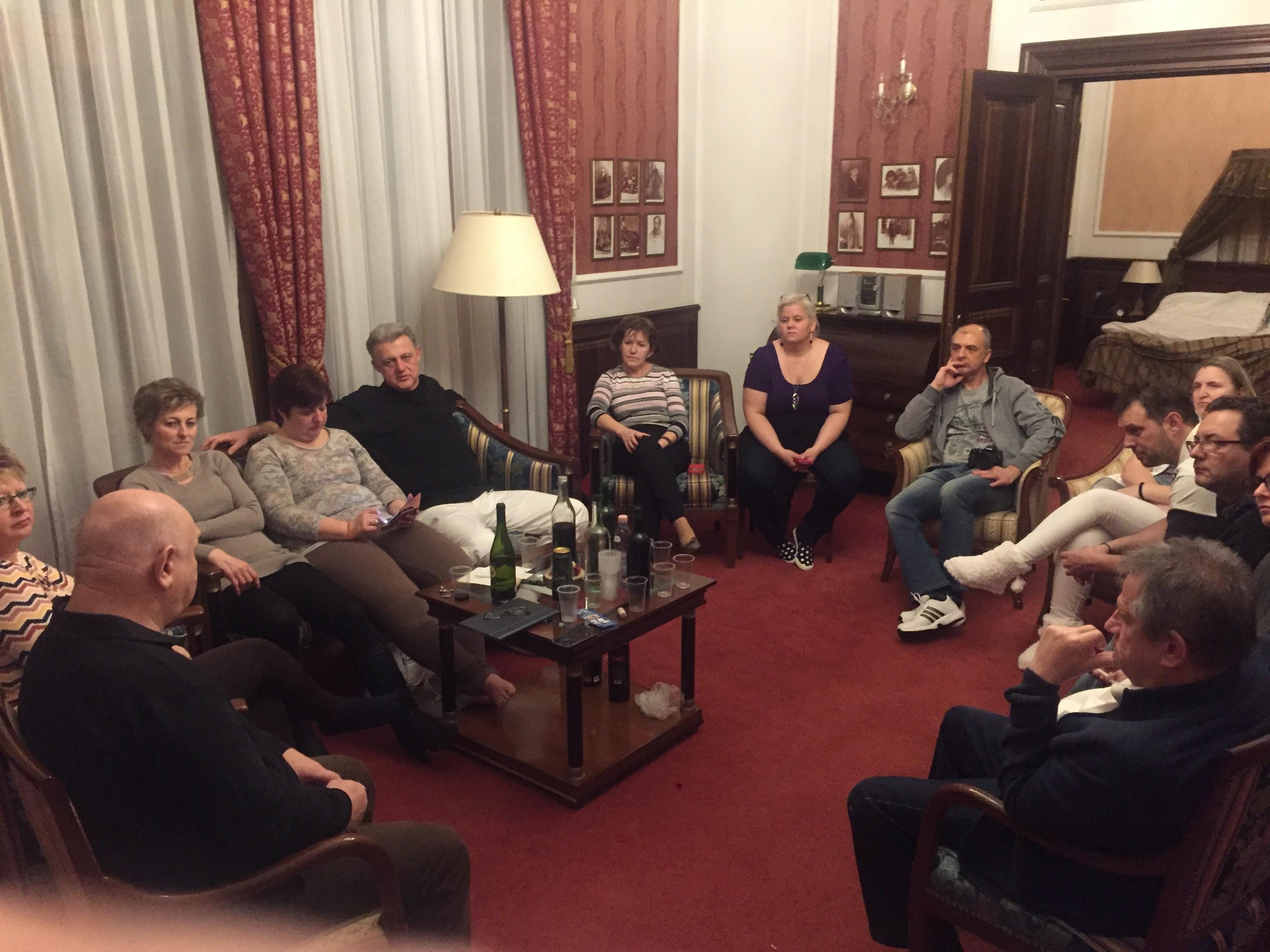 A második este is vidám és tanulságos beszélgetéssel telt Lőrincz Marika és János lakosztályában. Imádták minden percét!