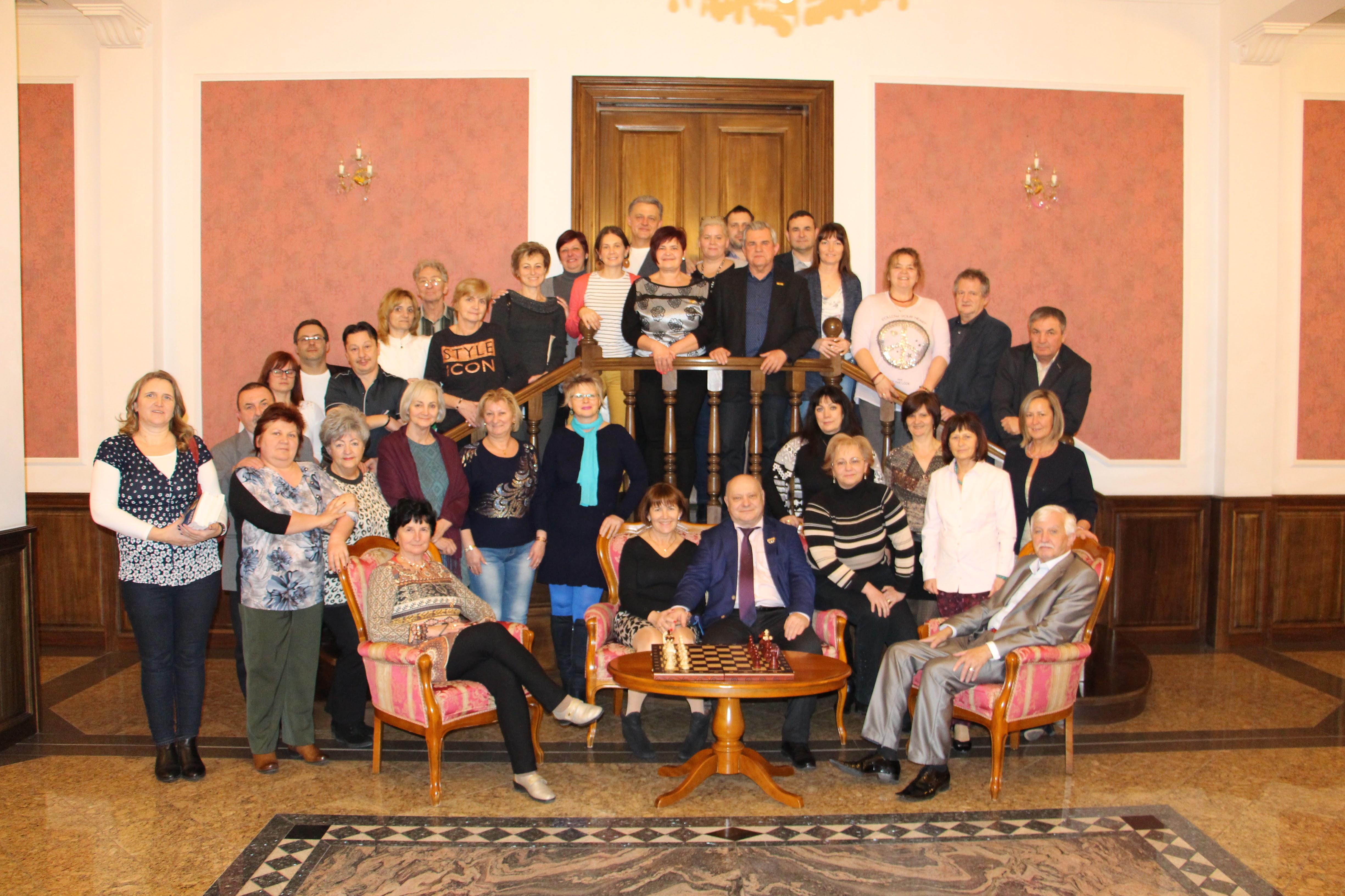 Egy szuper csoportkép a kastély egyik csodás szalonjában. Már ezért az előkelő hangulatért is megéri...