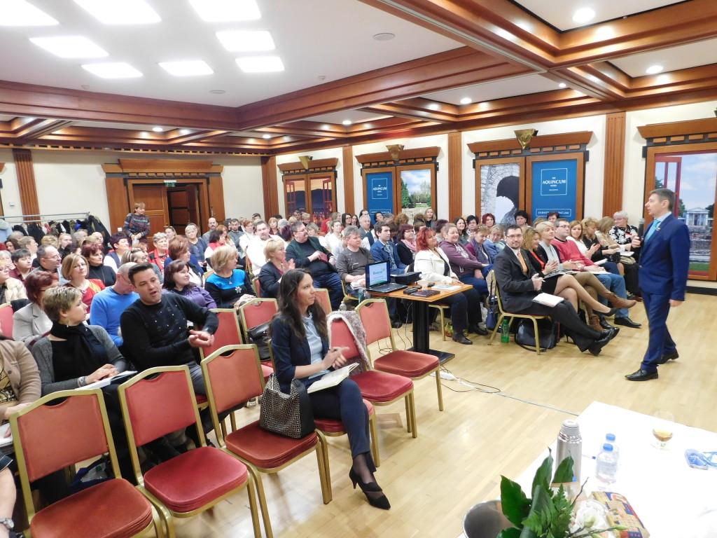 Telt ház az Aquincum Hotelben, Budapesten. Sok érdeklődő szempár figyelte Ferenczy Lászlót, amint az alapokról beszélt.