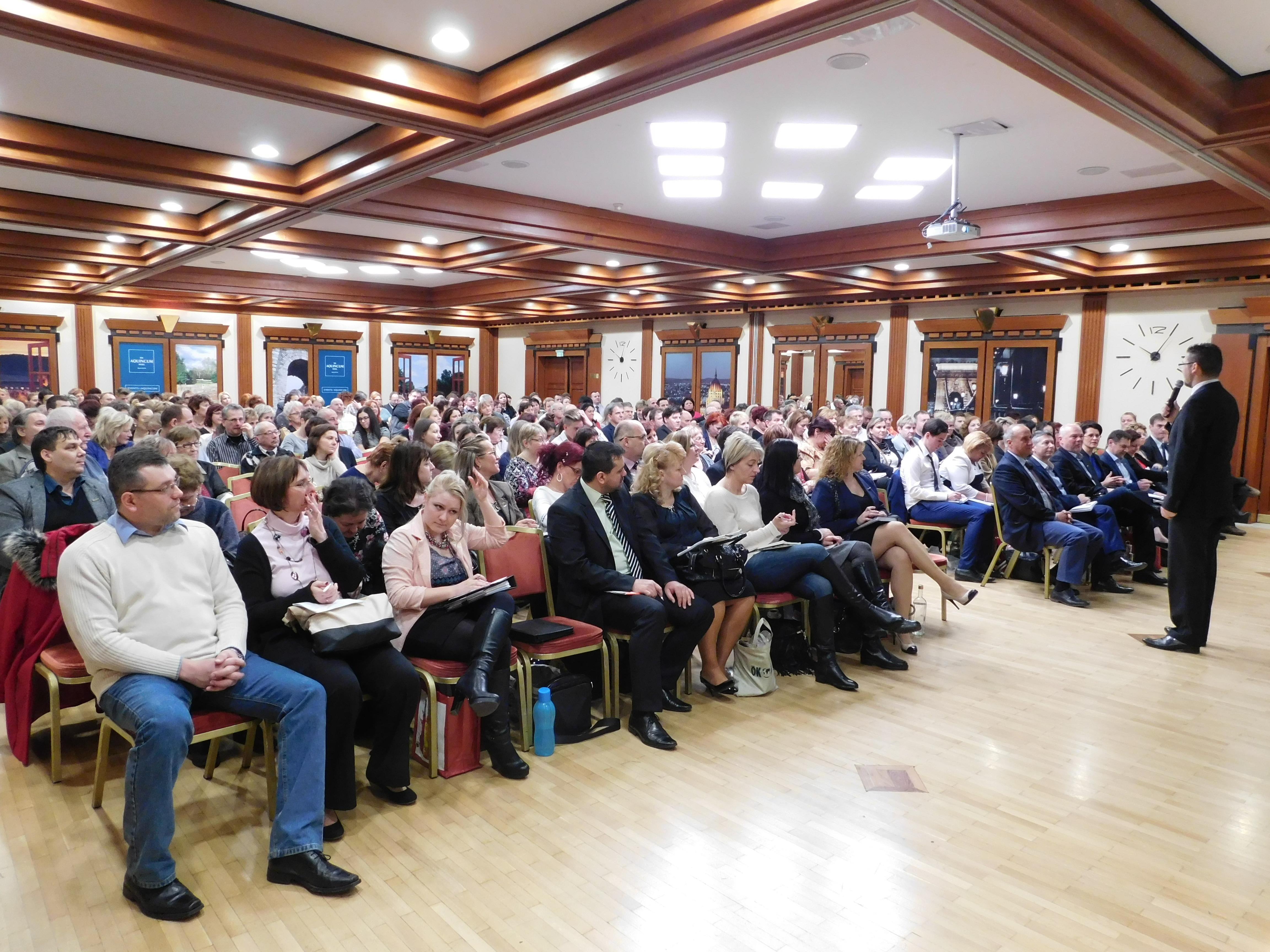 Tömött széksorok a februári Starton a budapesti Aquincumban, a Ferenczy-, Kónya- és Vass-ágon