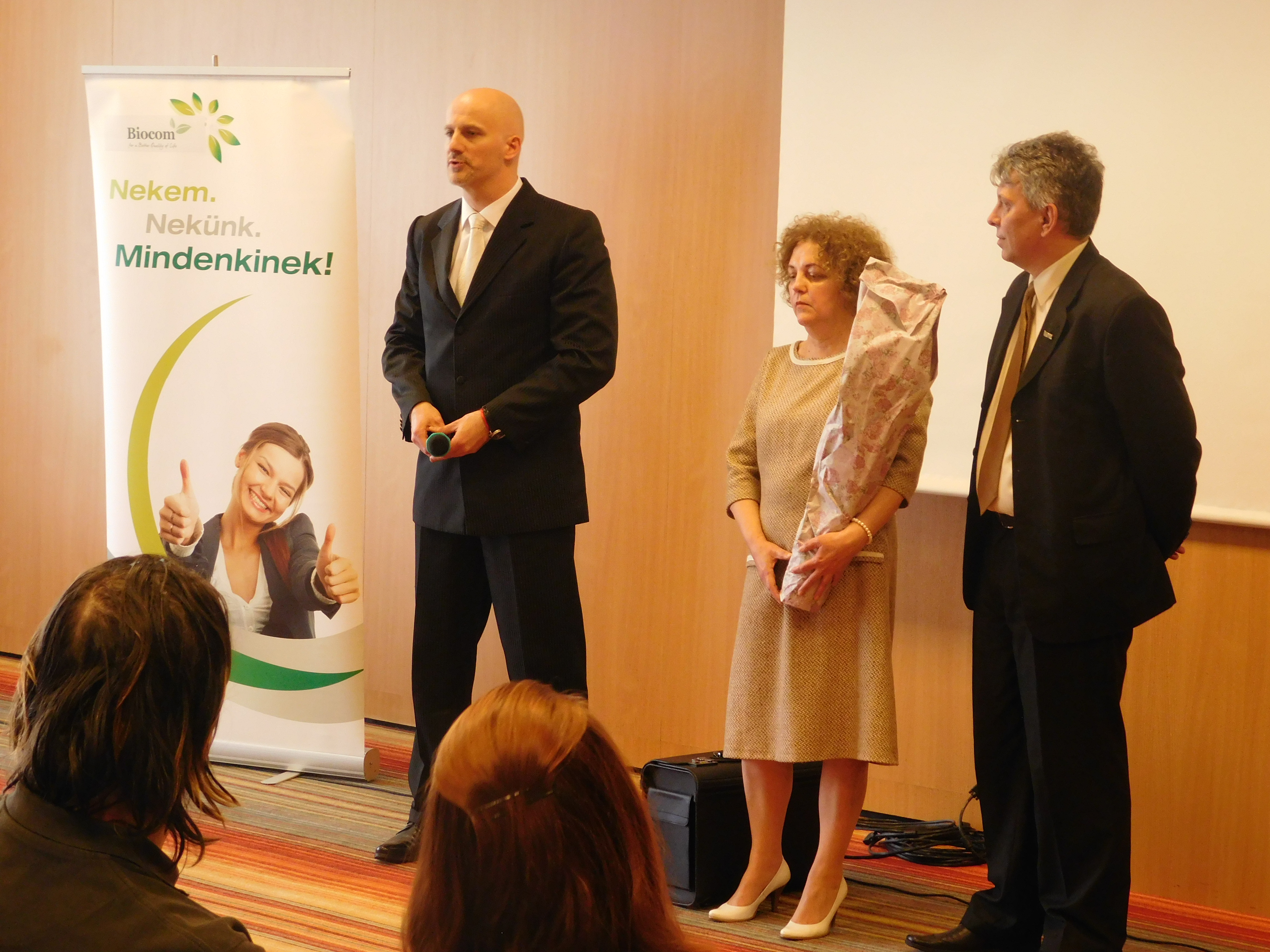 Kurucz Laura új HV szponzorával Harmat Csabával (jobbra) és felsőbb vezetőjével, Dankó Jánossal
