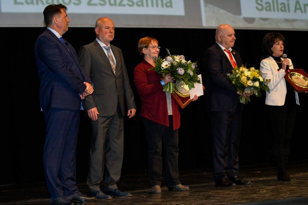 Megható pillanat: két évtizedes munka elismerése a színpadon. (Balról: Kovács Zoltán, Kónya György, lakatos Zsuzsanna, Lőrincz János, Maxiné Sallai Anikó)