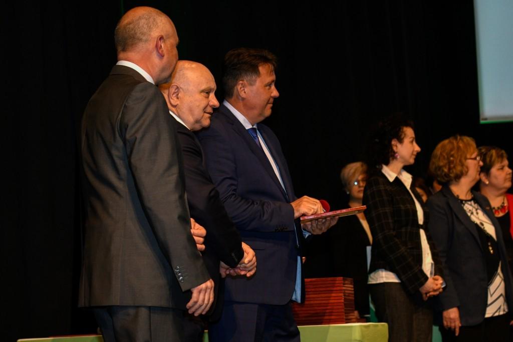 A csúcsvezetői hármas gratulált a frissen minősült vezetőknek