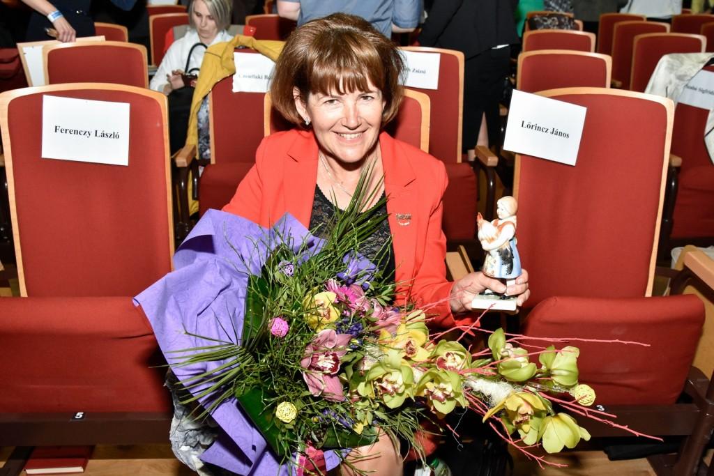 Lőrincz Marika a Galambos Lajcsitól kapott virágcsokorral