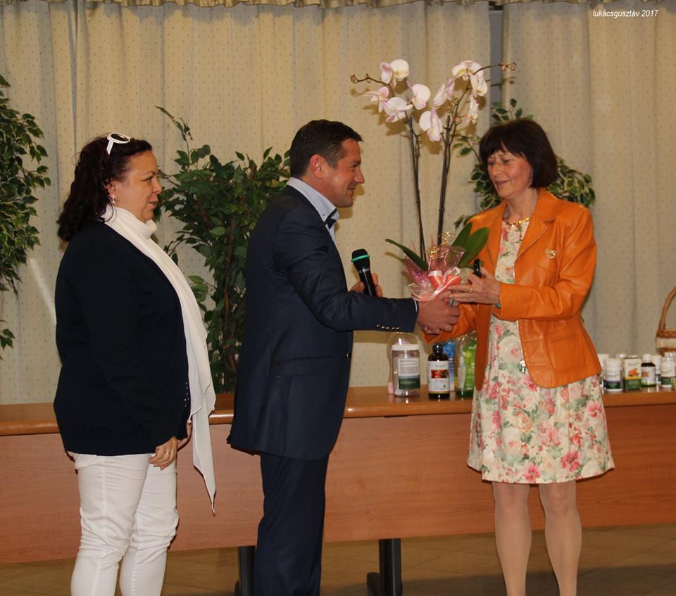 Czikora Erzsikének szívből köszönte meg az előadást a Sinka-ág vezető házaspárja