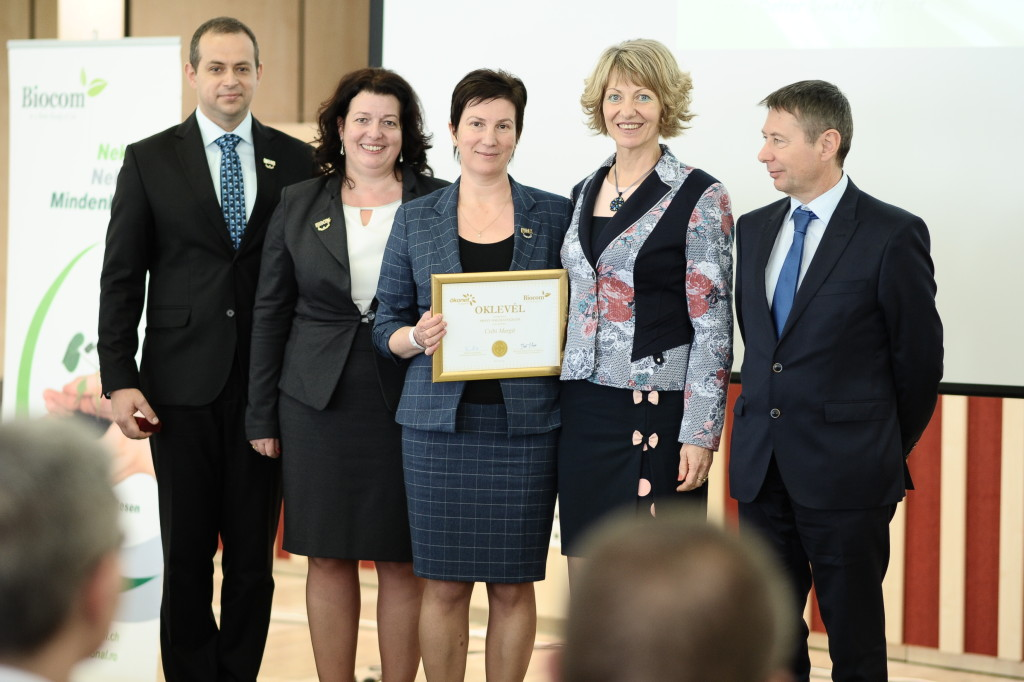 Csibi Margit Arany Hálózatvezető. A képen balról az ágvezetői, a Péter házaspár, jobbról pedig a romániai partnercég nevében Borbáth Edit és Ferenczy László, akik egyaránt szívből gratuláltak.
