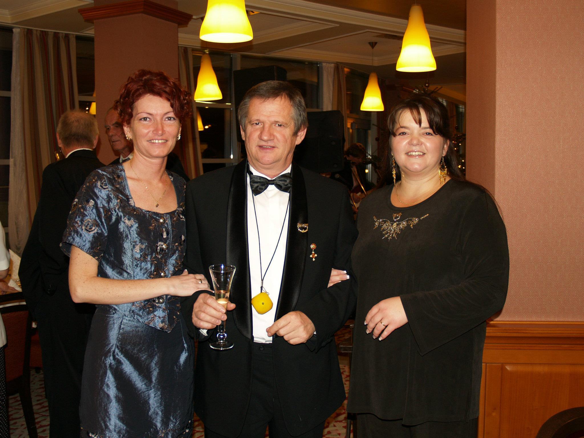 A szponzor házaspárral, Kosiba Józseffel és Hajnival egy hálózati estélyen