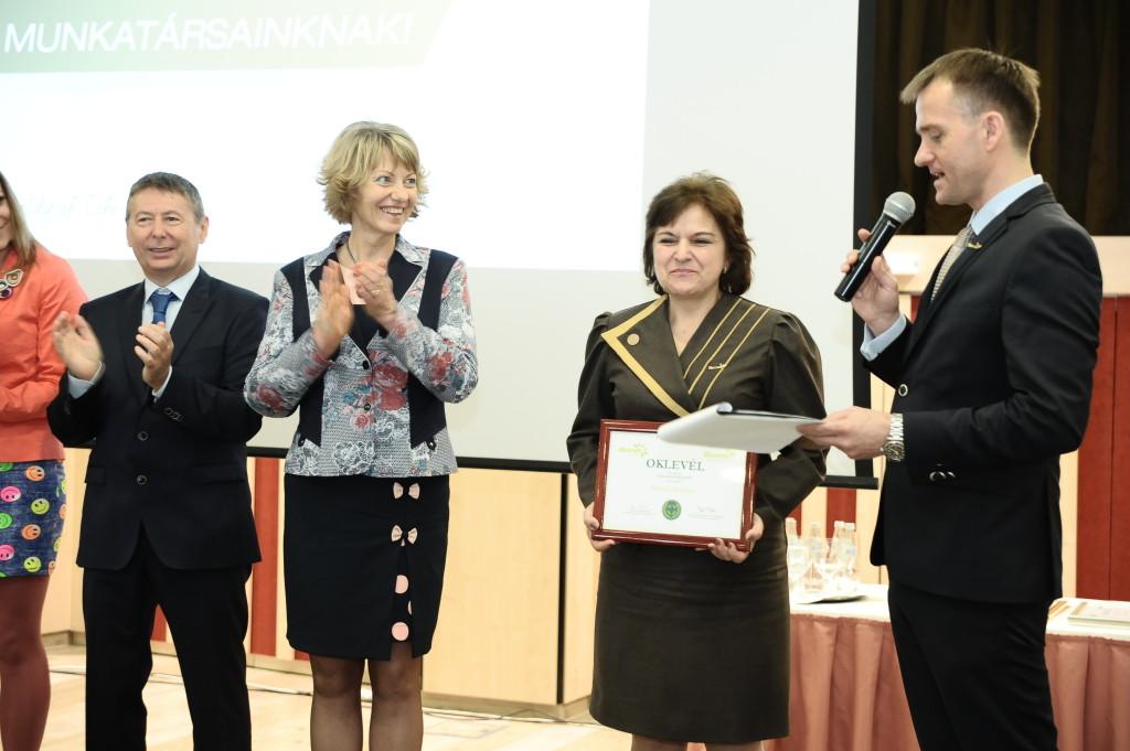 Mátyás Erzsébet új hálózatvezetőként, kezében az oklevéllel