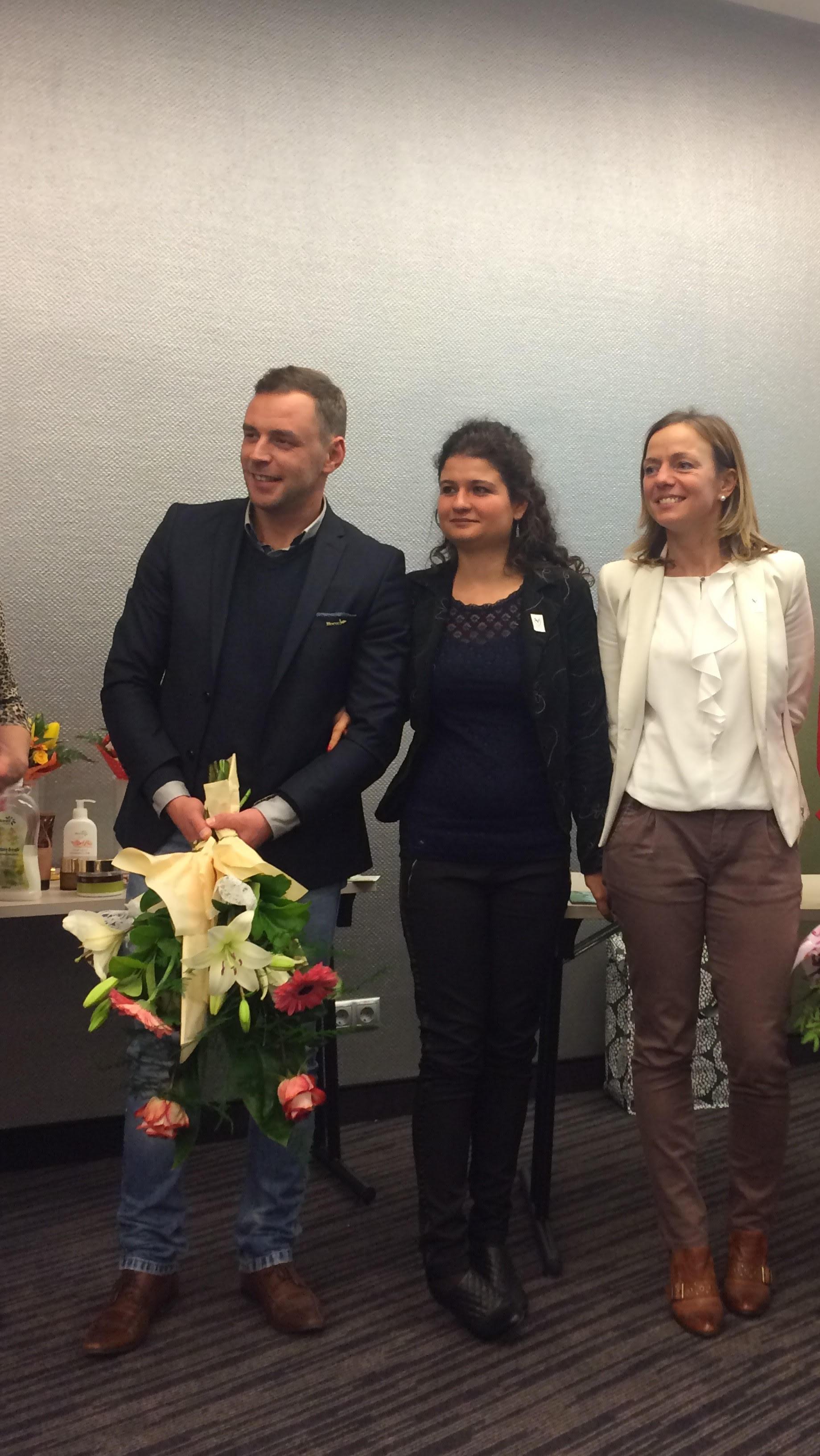 Így lett Ezüst HV: mellette két hálózatvezetője, Krajcsó Erika és a párja, Szentpáli Elena.