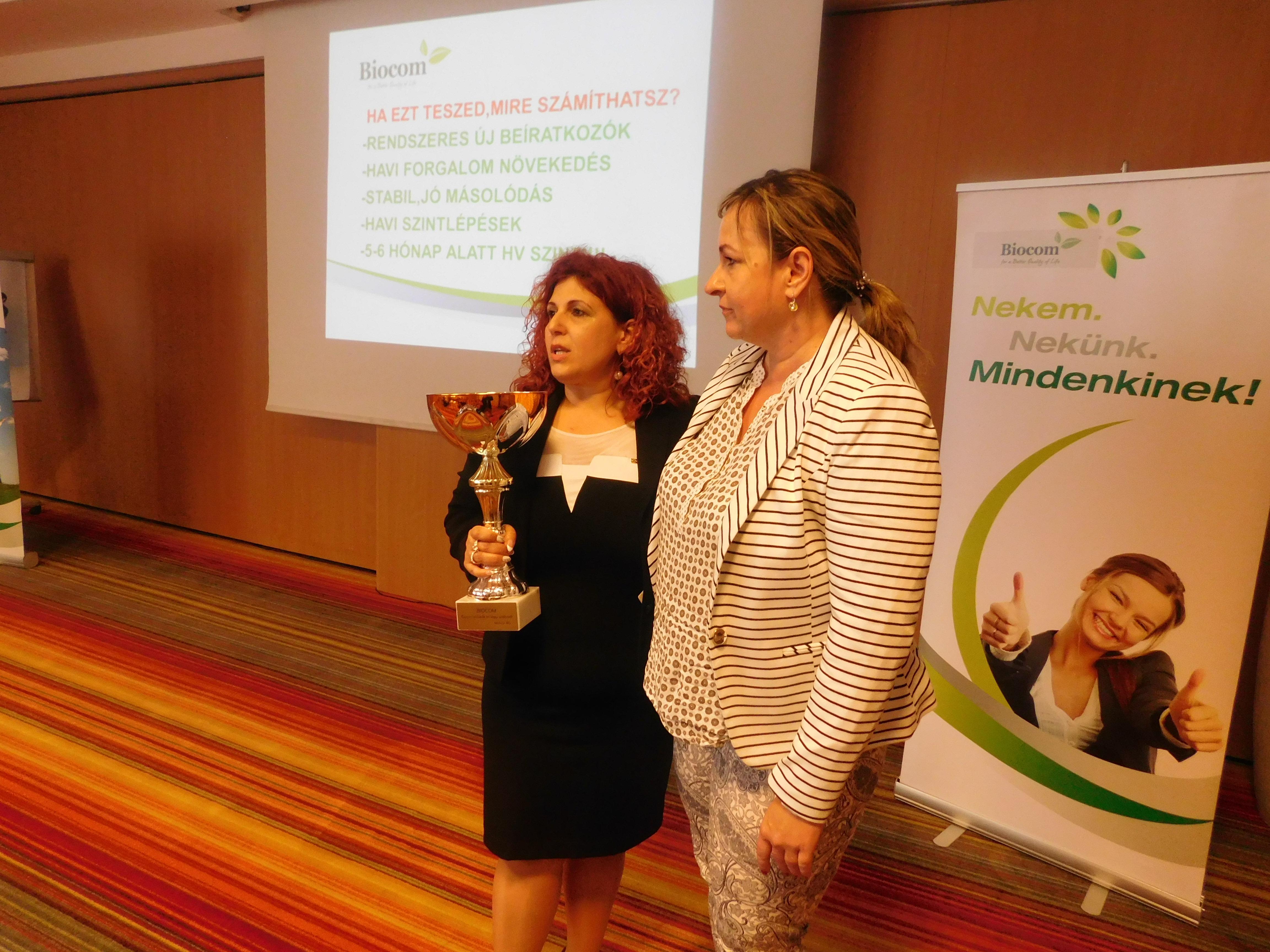 A hónap hálózatvezetője serleg Ocskó Erzsébeté, szívesen gratulált neki az ágvezető, Molnárné Andrea