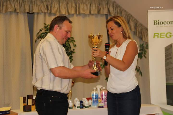 Ezúttal a Csongrádi házaspár nyerte el a Sinka-ág havi versenyserlegét példás fejlődésükért, amit Gyula és Tímea távollétében Komporday Annamária ágvezető nyújtott át