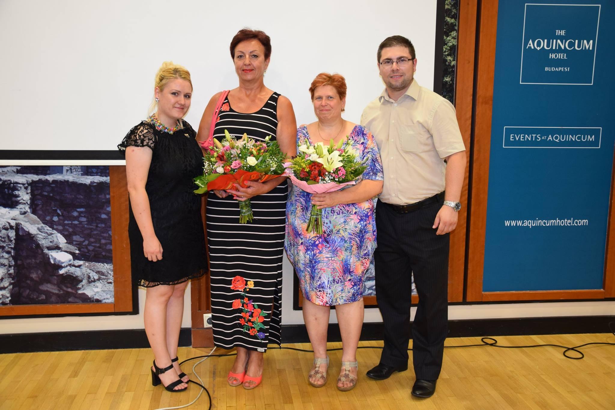 Pálfi Katika (balról) és Kis Gergely (jobbról) új hálózatvezetőivel: Viczena Andreával (balról) és Janyik Gabriellával