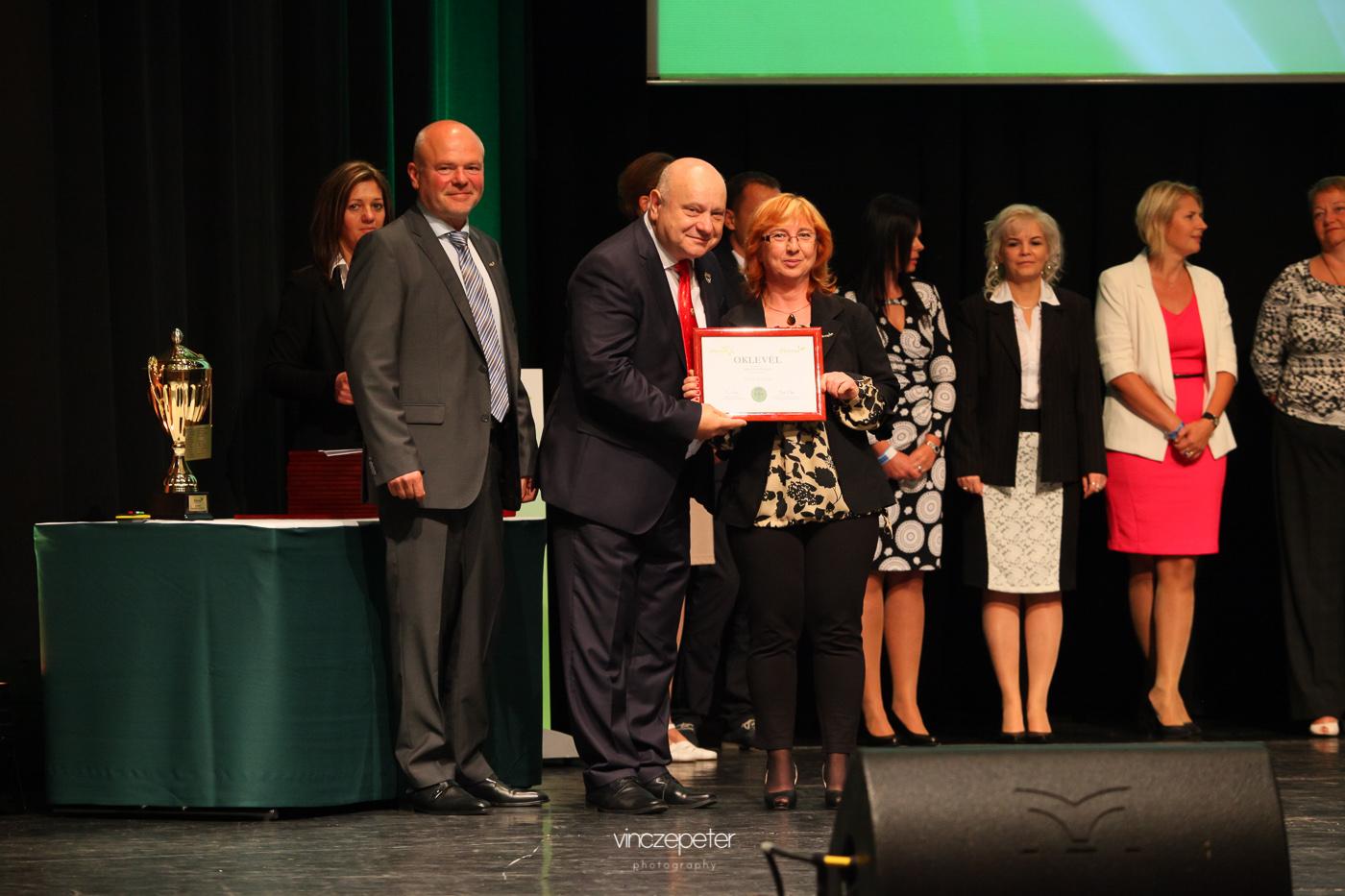 A hálózatvezetői oklevéllel, amihez Lőrincz János Gyémánt Hálózatigazgató gratulált neki