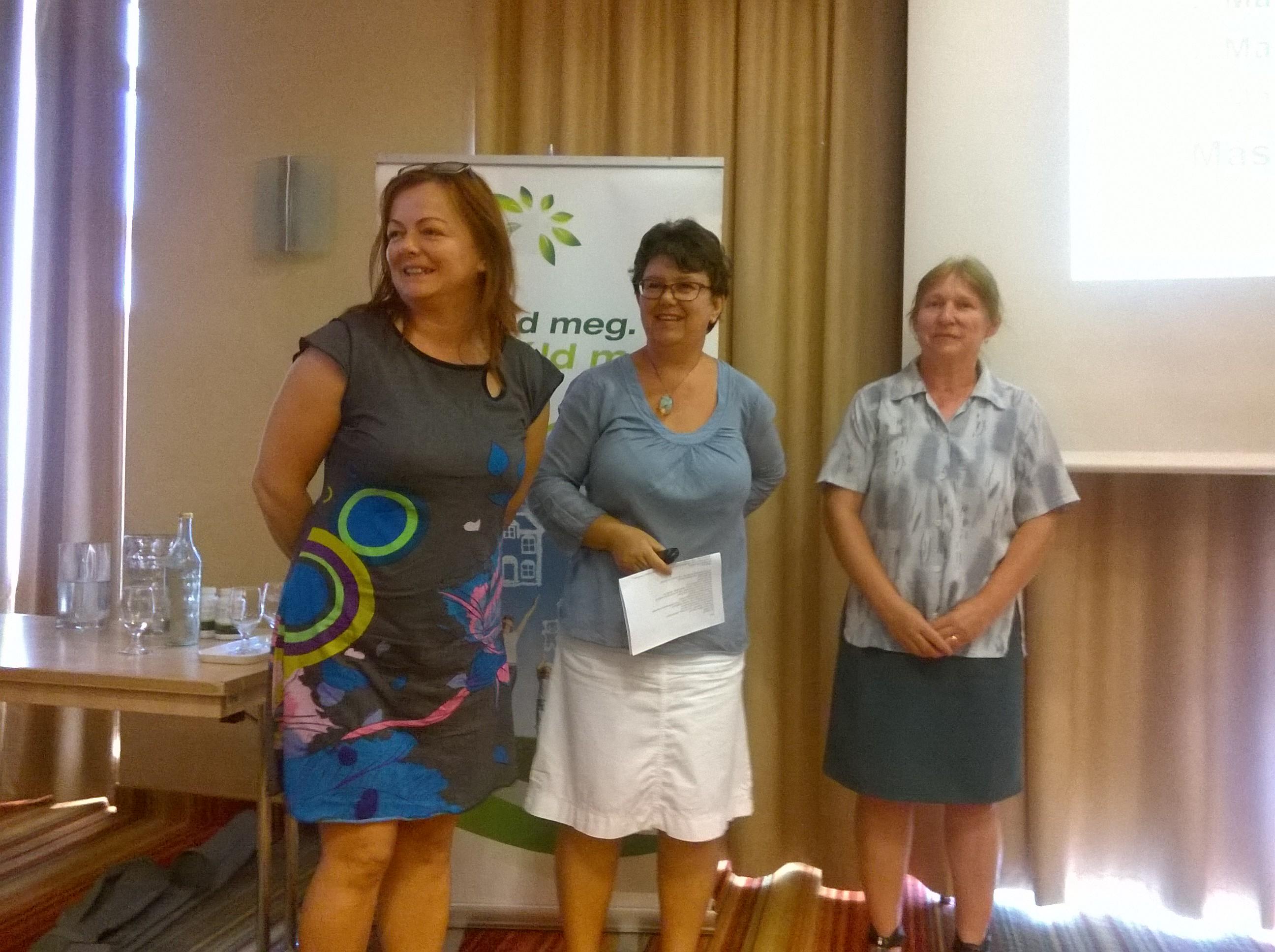 Olasz Ildikó (középen) és két segítője: Edit és Erika