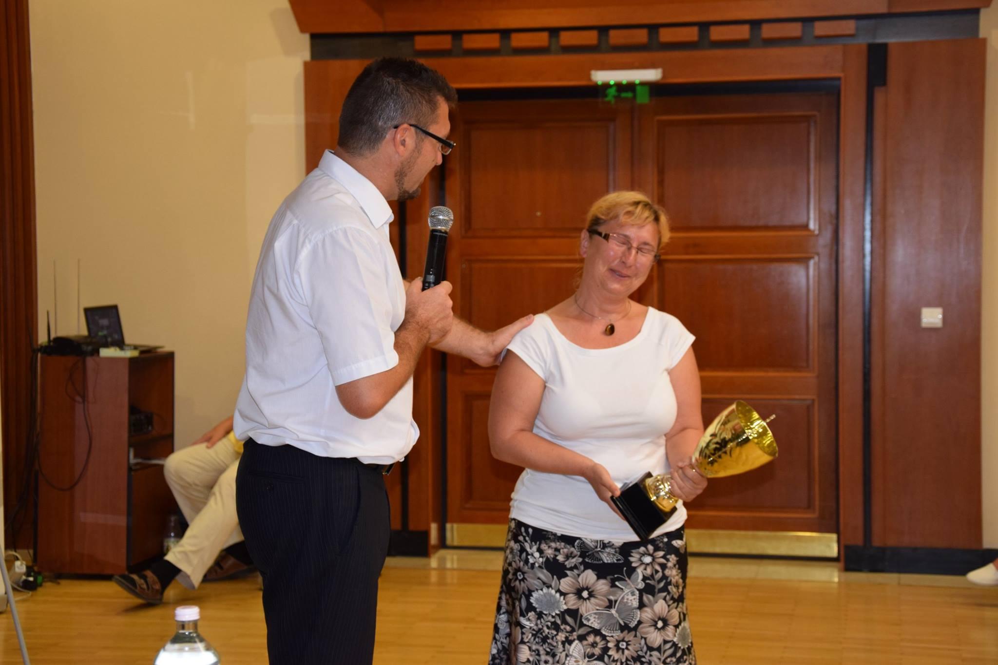 Sinka Szilvia, a vezetői vándorserleg nyertese, aki nagyon meghatódott az ágvezető, Vass Oszkár felépítésétől
