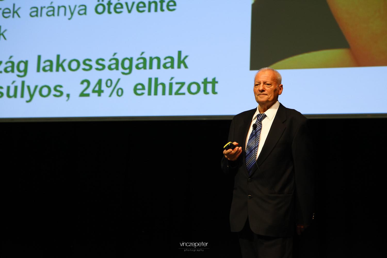 Dr. Deák Sándor belgyógyász főorvos néhány alapdolog tisztázása után Biocom termékekből álló prevenciós csomagokat mutatott be a közönségnek, minden korosztályra külön gondolva