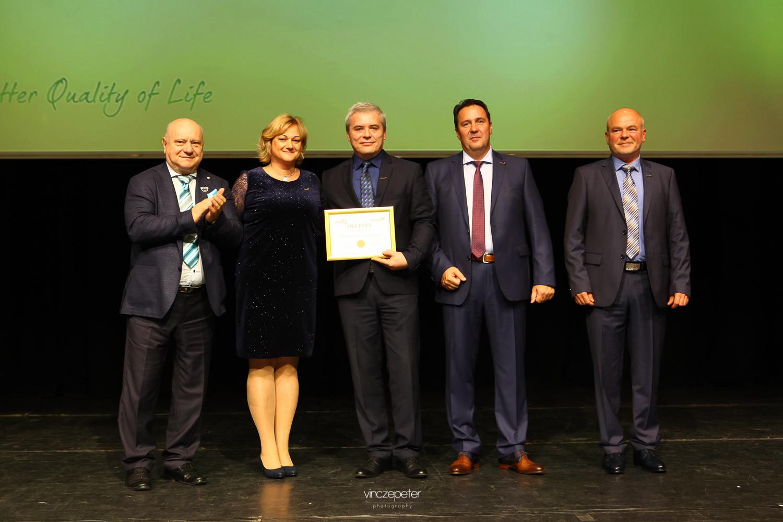 A vezetőség gratulál az új Arany HV párosnak